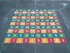 Trasforma tu patio en un sitio donde aprender. Playground Painting, Playground Games, Outdoor Classroom, Math Classroom, Asphalt Games, Number Grid, Preschool Garden, School Painting, Backyard Seating