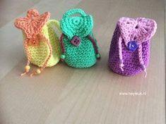 mini rugzakjes haken Crochet Pouch, Crochet Diy, Crochet Amigurumi, Crochet Dolls, Crochet Hats, Crochet Diagram, Crochet Patterns, Accessoires Barbie, Kawaii Diy
