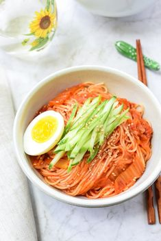 Kimchi Bibim Guksu (Spicy Cold Noodles with Kimchi) – Kimchi Bibim Guksu (Würzige kalte Nudeln mit Kimchi) Korean Side Dishes, Asian Recipes, Healthy Recipes, Ethnic Recipes, Healthy Food, Kimchi Noodles, Korean Noodles, South Korean Food, Food Photography Tips
