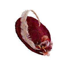 Perfecto para una boda de otoño este #tocadodeinvitada forrado en tela bordada en tonos granate, coordinado con pétalos de gasa de seda moldeados a mano y una gran pluma de avestruz rizada by @nilataranco nilataranco #invitadaperfecta #alquilerdetocados #lookdeboda #tocadosdeinvierno #tocadosoriginales #vintage