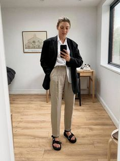 Brittany Bathgate - I've got the linen trousers, cuban collar and the dad sandals. What more have I got to do to get some sun around here? Look Fashion, Fashion Outfits, Womens Fashion, Fashion Fall, Vogue, Black Sandals Outfit, Sandalias Teva, Pantalon Slouchy, Looks Style