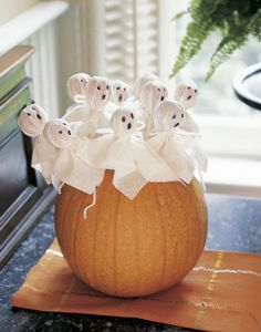 Make Halloween decoration yourself - This is how the party really gets scary! - Make Halloween decoration yourself – DIY Halloween ghost lollipops - Halloween Birthday, Halloween Kids, Halloween Treats, Happy Halloween, Homemade Halloween, Halloween 2019, Halloween Fashion, Spooky Halloween Decorations, Halloween Crafts