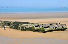 Les restes du port artificiel Mulberry - Gold Beach - Arromanches © Pack-Shot / Shutterstock.com http://www.tourisme.fr/destination/211/nord-ouest/normandie/les-plages-du-debarquement-du-6-juin-1944.htm