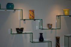 Prateleira de vidro são ótimas para brincar na decoração #vidro #decor