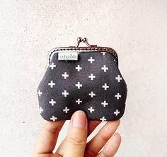 * Peňaženka či taštička na drobnosti, lieky a podobne. Najmenší model z peňaženiek, ktoré vyrábam. Je vyrobená z dizajnérskej USA stálofarebnej bavlnenej látky. Podšitá je pevnou PE...