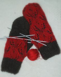Ravelry: capucino's Mittens with red lace- I think mittens like this would get too caught up on things, but I'd love to do a hat using this technique. Crochet Mittens, Mittens Pattern, Fingerless Mittens, Knitted Gloves, Knit Crochet, Crochet Granny, Loom Knitting, Knitting Stitches, Hand Knitting