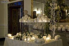 http://www.lemienozze.it/gallerie/foto-fiori-e-allestimenti-matrimonio/img5332.html Tavolo delle bomboniere matrimonio in stile total white