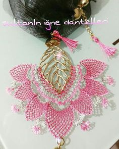 This Pin was discovered by TC Scarf Jewelry, Wire Jewelry, Handmade Jewelry, Lace Art, Point Lace, Needle Lace, Lace Making, Tatting, Needlework