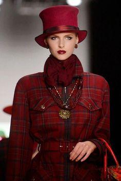 A model displays a creation by Russian designer Slava Zaitsev during the Russian Fashion Week in Moscow. Silhouette Mode, Tweed, Tartan Fashion, Burgundy Fashion, Moda Chic, Love Hat, Glamour, Pierre Balmain, Russian Fashion