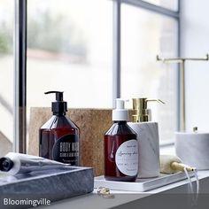 Schlicht dekoriertes Fensterbrett im Bad. Mit Natürlichkeit, schlichten Formen und spannendem Materialwechsel entsteht ein schönes Stilleben.