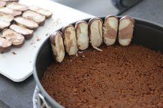 Een heerlijke en feestelijke no bake taart met vanille en bokkenpootjes die heel makkelijk zelf te maken is