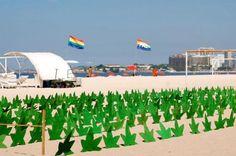 No dia mundial da maconha, 420 réplicas da folha na Praia de Copacabana