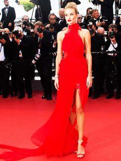 So Rot wie der Rote Teppich: Rosie Huntington-Whiteley kam zu den Filmfestspielen in Cannes in einer Robe vonAlexandre Vauthier.
