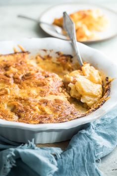 These made from scratch Scalloped Potatoes are simple to make. All you have to do is slice up some spuds and make the easiest cheese sauce ever. Potluck Recipes, Easy Dinner Recipes, Cooking Recipes, Drink Recipes, Easy Recipes, Scalloped Potatoes Easy, Scalloped Potato Recipes, Best Potato Recipes, Best Comfort Food