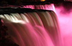 2012 erstrahlten die Niagarafälle pink. Grund war eine Kampagne, um auf Brustkrebs aufmerksam zu machen.