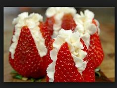 Strawberries full of wiped creme Strawberry Flower, Strawberry Filling, Strawberries And Cream, Strawberry Recipes, Stuffed Strawberries, Cheesecake Filled Strawberries, Strawberry With Chocolate, Just Desserts, Delicious Desserts