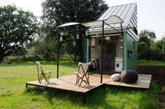 Imaginée en Afrique du sud par Clara da Cruz Almeida pour POD-IDLADLA cette habitation solaire offre 17m², une nano-maison optimisée. Une maison verte