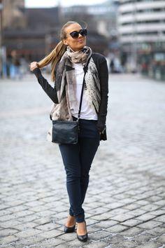 Blå bukse, mønstrete skjerf, grå jakke FineTing.no