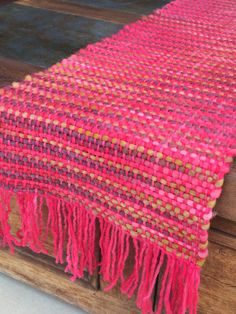 Uses colourful variegated yarn for the weft and warp in pinks, possibly variegated also. Types Of Weaving, Weaving Art, Weaving Patterns, Loom Weaving, Hand Weaving, Braided Rugs, Woven Wall Hanging, Weaving Techniques, Loom Knitting