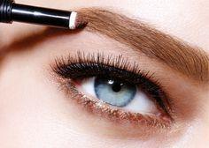 Das Farbpuder kaschiert kleine Lücken in den Augenbrauen. Maybelline Brow Satin!
