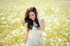 Flower senior picture ideas for girls. Senior picture ideas with flowers. #flowerseniorpictures #seniorpictureideasforgirls