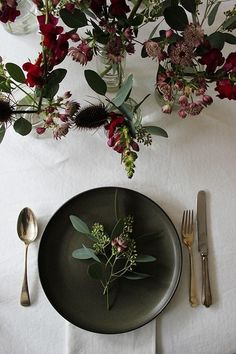 Black Gold Party Simple yet pretty Christmas / party table inspiration - With only a few days to go before the holidays I thought I'd share some beautiful inspiration for creating a rustic Christmas table - or si. Christmas Party Table, Christmas Table Settings, Holiday Tables, Rustic Christmas, Christmas Christmas, Christmas Wedding, Xmas, Christmas Place Setting, Fall Table Settings
