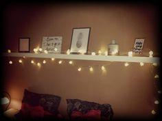 Ikea lack plank, diverse fotolijstjes met geprinte fotos en action fairy light