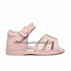 Sandalias Bebé Rosa Primeros Pasos modelo Carla Sandals, Shoes, Fashion, Latest Fashion, Pink, Little Girl Clothing, Spring, Summer Time, Women