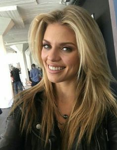 AnnaLynne McCord- her hair is perfect!