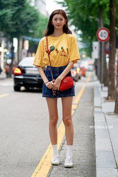 Mặc đẹp đơn giản: mix áo phông và chân váy thành street style đẹp mê ly của giới trẻ Hàn - Ảnh 13.