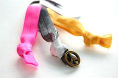 Geknotete Haargummis für's Haar und Handgelenk | Hippie Statement Limited Edition #peace #hippie #haargummis #haargummi #armband #armparty #armcandy #gypsy #boho #batik #dye #sommer #summer #zopf #ponytail Arm Party, Batik, Hippie Boho, Napkin Rings, Personalized Items, Bracelets, Jewelry, Fashion, Hair Tie Bracelet