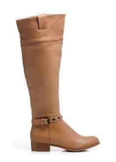 KLASICKÉ KOZAČKY Dámske čižmy. Široký, plochý podpätok. Topánky sú komfortné a pohodlné. Najmodernejšie oblé špičky. Ozdobný pásik so sponkou vo výške členku. Čiastočný zin na vnútornej strane topánky. Vnútro zateplená mäkkým kožúškom. https://cosmopolitus.eu/product-slo-41839-KLASICKE-KOZACKY.html #zeny #ploche #topanky #jesen #zima #modne #elegantne #modne #navrharstvo #lacne #zeny