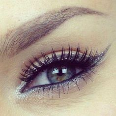 Silvery eye make up. Pretty and it works for day make up too Pretty Makeup, Love Makeup, Beauty Makeup, Makeup Looks, Perfect Makeup, Beauty Skin, Glitter Eye Makeup, Kiss Makeup, Silver Eyeliner
