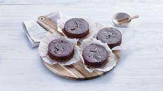 Kijk wat een handige video op Allerhande! Mini-chococheesecakes met zoutjesbodem