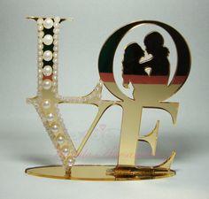 Confeccionado com acrílico, corte especial laser. Arte personalizada com noivinhos e iniciais de acordo com a escolha dos noivos. Confeccionado em uma das cores especiais: Prata espelhado e dourado espelhado.