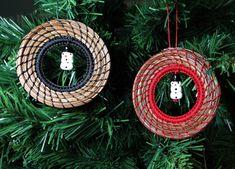 Christmas Snowman, Christmas Tree Ornaments, Christmas Ideas, Pine Needle Crafts, Pine Needle Baskets, Owl Ornament, Pine Needles, Native American Art, Gourd