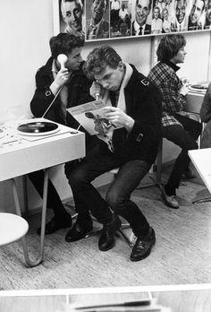 Will Mc Bride - Probehören neuer Schallplatten in einem Radiogeschäft am Kurfürstendamm, 1959