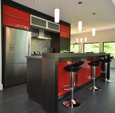 Armoire de cuisine en merisier blanc avec un comptoir de - Cuisine rouge et blanc photos ...