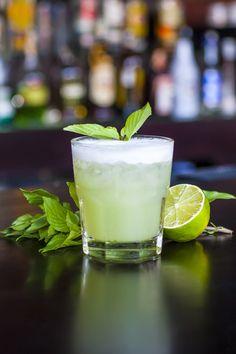 5 Rezepte für erfrischende und innovative Sommergetränke. Unser Liebling ist dieser grüne Gin Basil Smash, der aus reichlich Gin, frischem Zitronensaft, aromatischen Basilikumblättern, süßem Zuckersirup und kühlem Eis besteht. Besonderen Gins findest Du online bei uns im Shop: https://gegessenwirdimmer.de/produkt-kategorie/kaffee-tee-und-getraenke/#gin-und-vodka