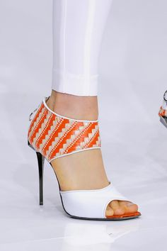 Pantalón blanco y estas sandalias...ya estás vestida!                                                                                                                                                                                 Más