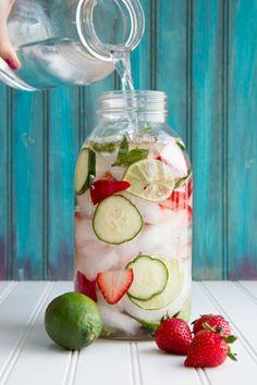 detox wasser limette-grün-erdbeere-gurken-eiswürfel
