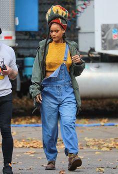 Rihanna investiu no macacão jeans com jaqueta militar