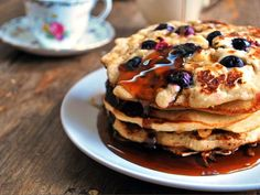 Fluffy pancakes with blueberries and maple syrup. Super easy to make and the best way to start the day. (in Spanish) Blueberry Pancakes, Fluffy Pancakes, Sweet Breakfast, Breakfast Recipes, Brunch Recipes, Sweet Recipes, Healthy Recipes, Healthy Foods, Going Vegan