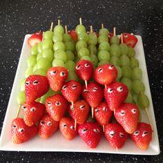 Traktatie rupsje nooitgenoeg aardbei en druiven