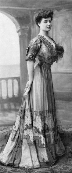 Dinner dress by Buzenet, Les Modes April 1906. Photo by Henri Manuel.