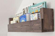As prateleiras feitas com paletes de madeira, são muito decorativas, tanto em…