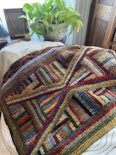 Hand Hooked Rugs, Primitive Hooked Rugs, Braided Wool Rug, Rug Hooking Designs, Star Rug, Yarn Storage, Rug Inspiration, Penny Rugs, Geometric Rug