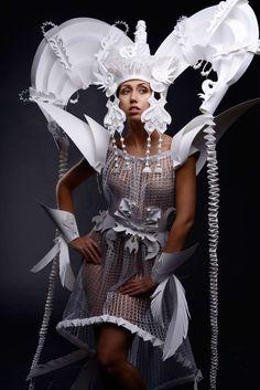 Asya Kozina ha confezionato una collezione di abiti da sposa etnici, realizzati completamente in carta.