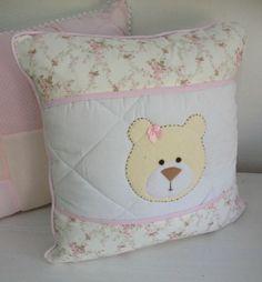 Almofada com aplicação de ursinha nas cores bege e rosa.    Mede 40 x 40 cm    Tecidos 100% algodão