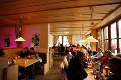 Casa Nova - Après-Ski der besonderen Art. Direkt in der Valisera Bahn Talstation erscheint nicht nur in neuem Glanz, sondern auch das Angebot beinhaltet wesentliche Veränderungen. Mit Bar und Tanzfläche erlebt das klassische Après-Ski eine Wiedergeburt. #silvrettamontafon #party #music #sound #aprèsski Restaurant, Bahn, Nova, Outdoor Decor, Party, Home Decor, Sparkle, Fiesta Party, Room Decor